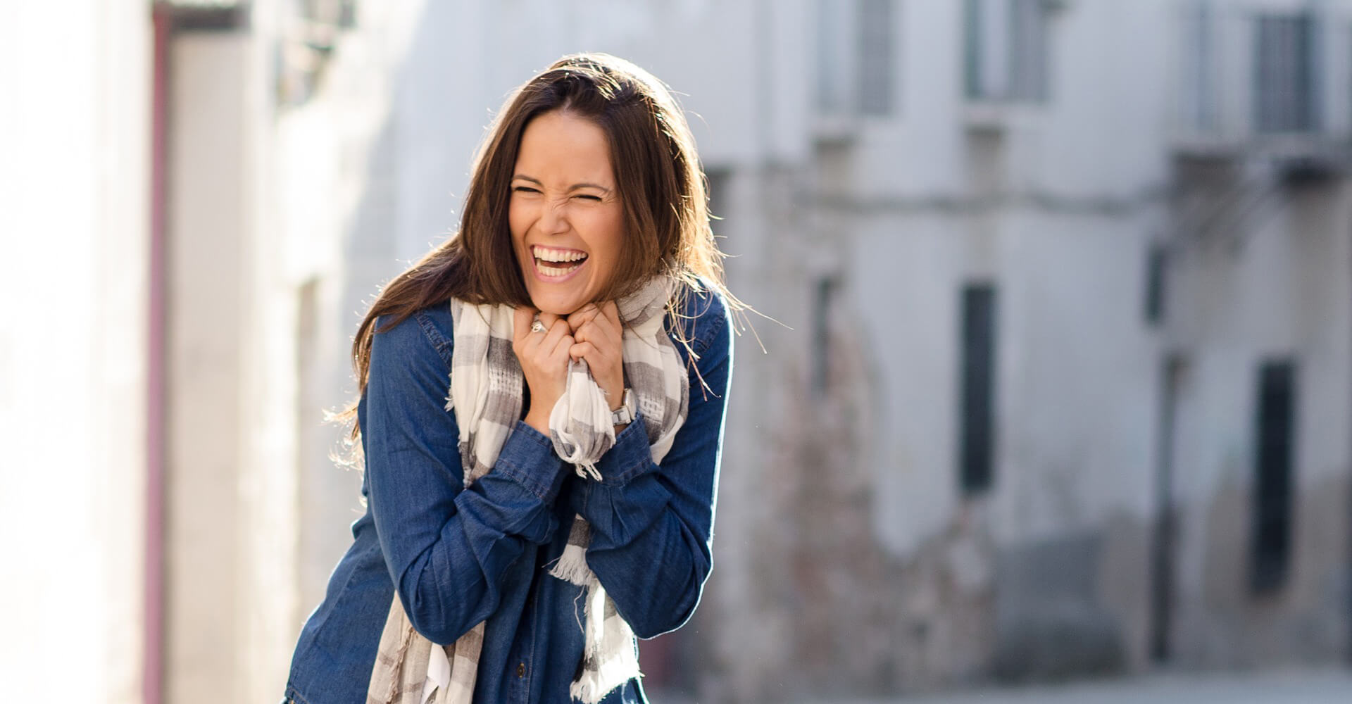 Lachende Frau mit schoenen weißen Zaehnen