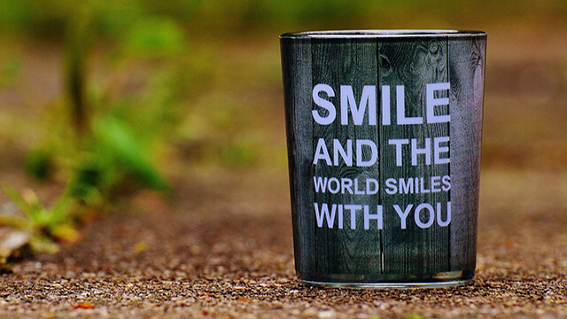Becher mit Zitat SMILE AND THE WORLD SMILES WITH YOU